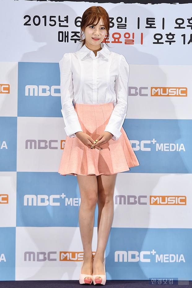 ↑AOA 유나, '화이트 셔츠에 돋보이는 청순미'