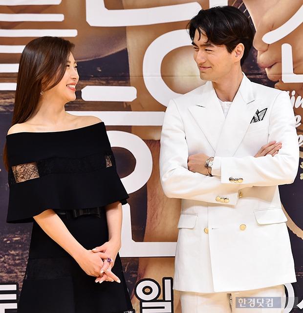 ↑하지원-이진욱, '서로 바라만 봐도 웃음이'