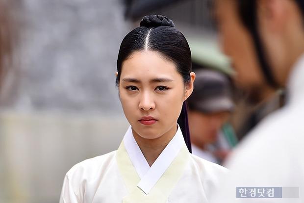 ↑이연희, '진지한 표정'