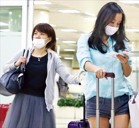 < 메르스 무서워요 > 국내에서 중동호흡기증후군(메르스) 확진 판정을 받은 환자가 29일 12명으로 늘었다. 이날 외국인 관광객들이 마스크를 쓴 채 김포공항을 통해 입국하고 있다. 연합뉴스