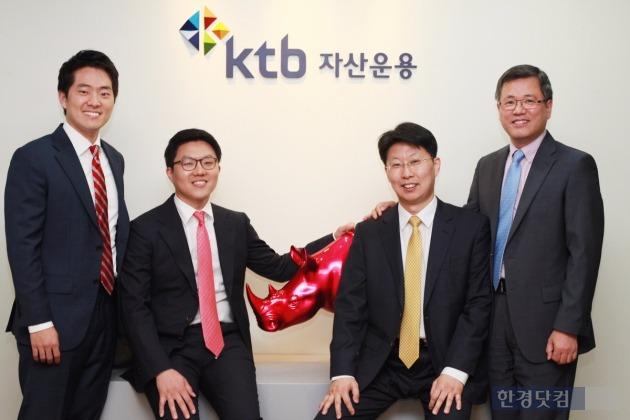 (왼쪽부터) 장용욱 전략투자팀 대리, 경규열 과장, 이창행 팀장, 김정희 채권운용본부 본부장.
