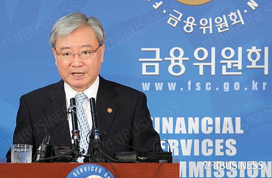 2011년 9월 7개 저축은행의 영업정지를 발표하는 김석동 금융위원장.