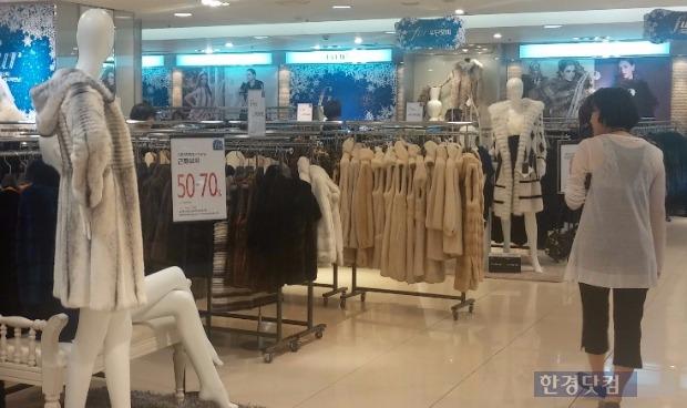 19일 서울 소공동 롯데백화점 9층 모피 행사장에서 한 소비자가 매장을 둘러보고 있다.
