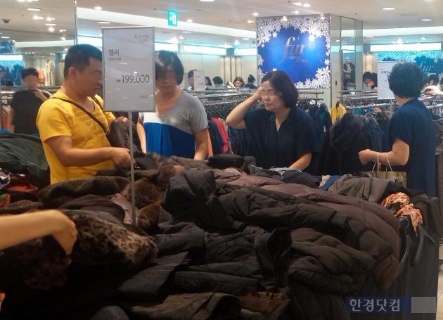 19일 서울 소공동 롯데백화점 9층 행사장에서 소비자들이 겨울 의류 구입을 위해 제품을 고르고 있다.