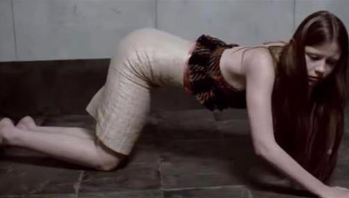 미아고스, 화끈 노출연기…큰 옷만 입어도 아동성범죄 연상?(사진=미아고스 프라다 광고 사진, 온라인커뮤니티)