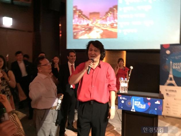 바리톤 겸 샹송가수 고한승씨가 '바스티유 데이' 축하공연을 하면서 관중과 함께 노래부르고 있다.