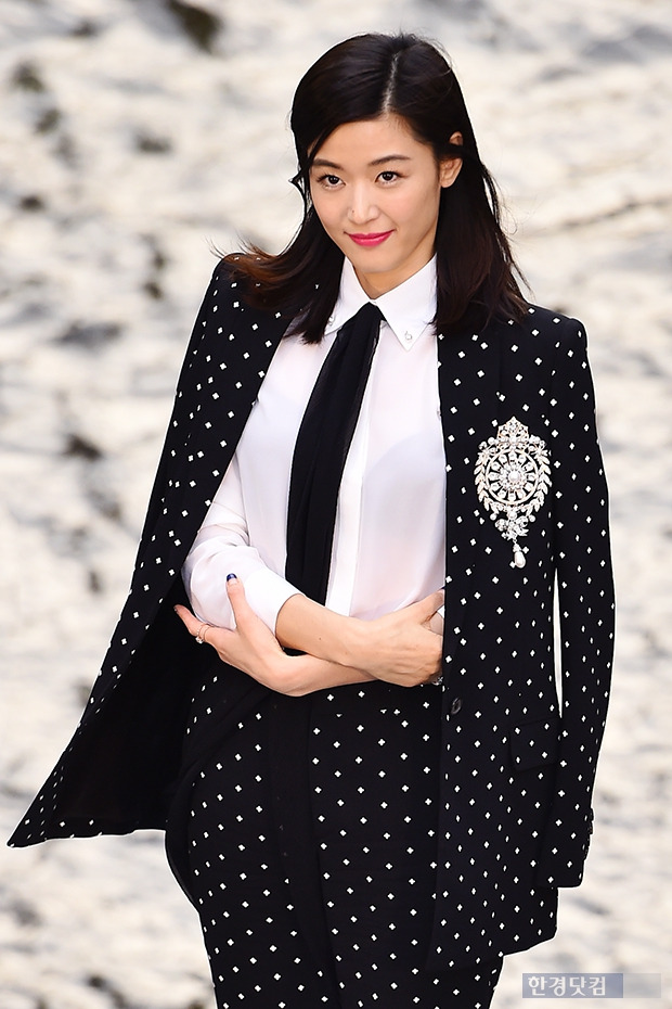 ↑전지현, '매니시룩에 돋보이는 청순 미모'