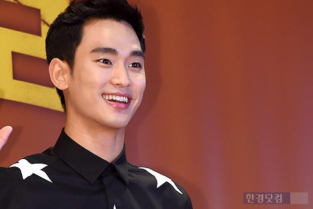 ▶ 김수현, '잘생긴 외모에 저절로 눈길이~'