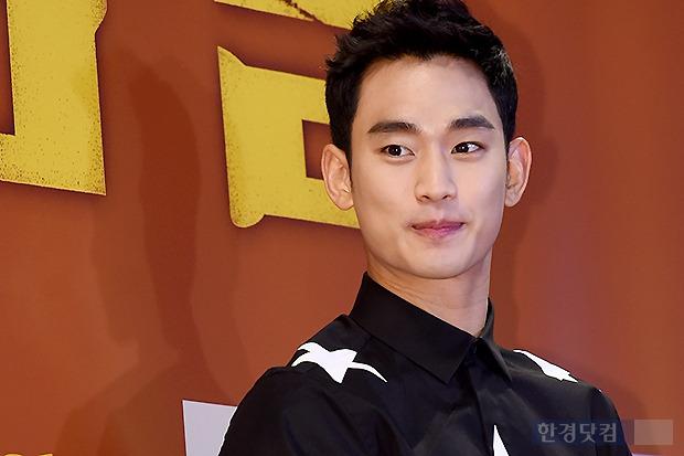 ▶ 김수현, '시선 사로잡는 조각 같은 모습~'