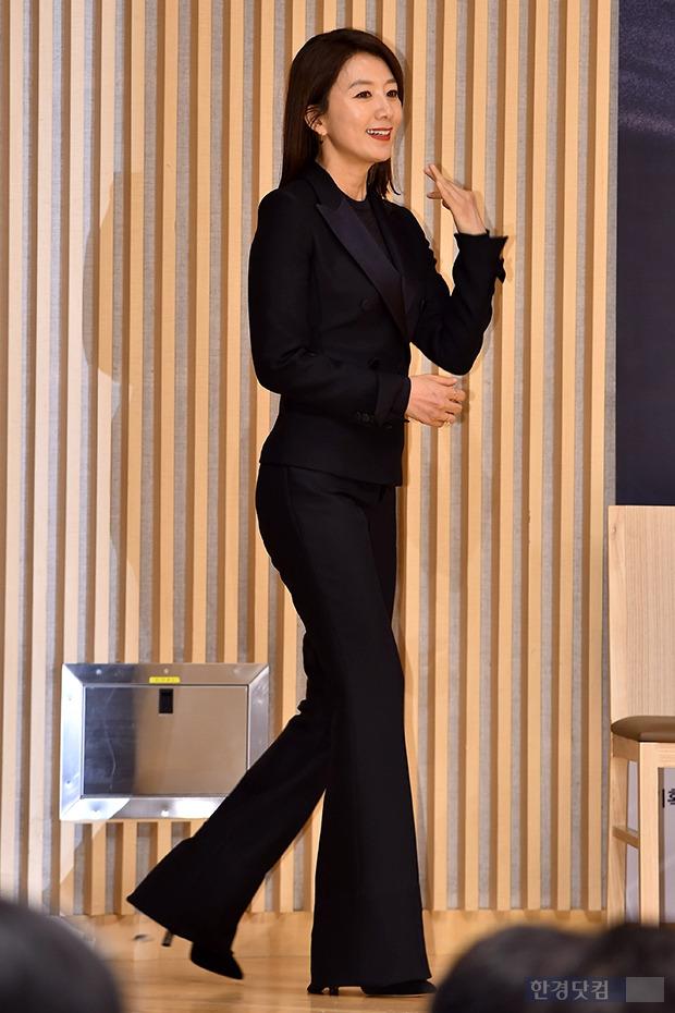 김희애, 블랙 수트에 드러난 놀라운 다리 길이