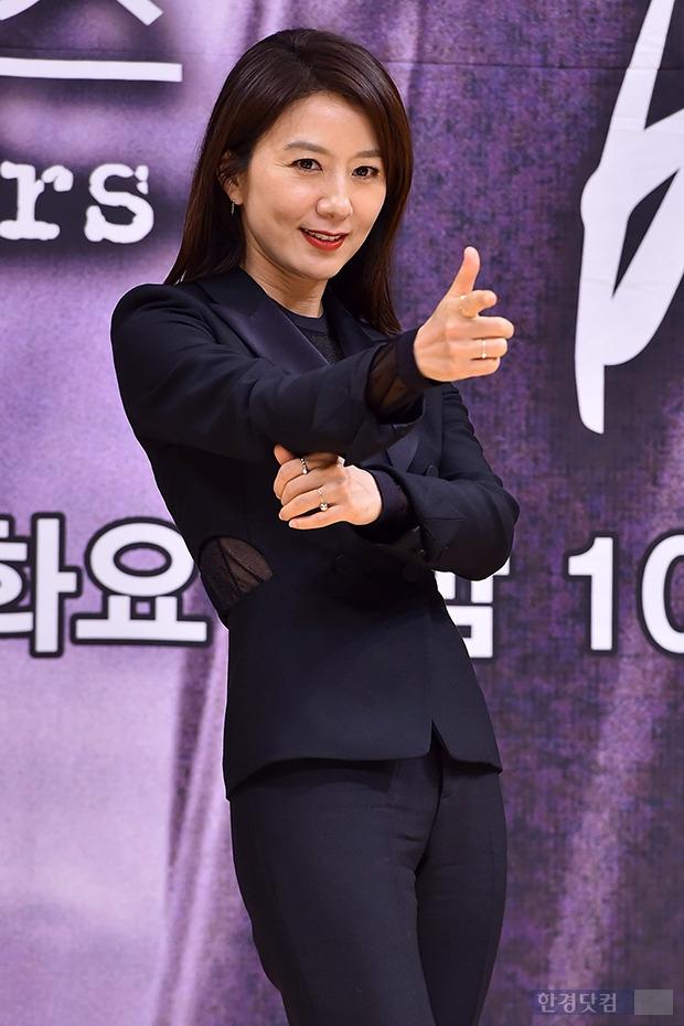 김희애, '섹시한 여형사' 연상시키는 패션