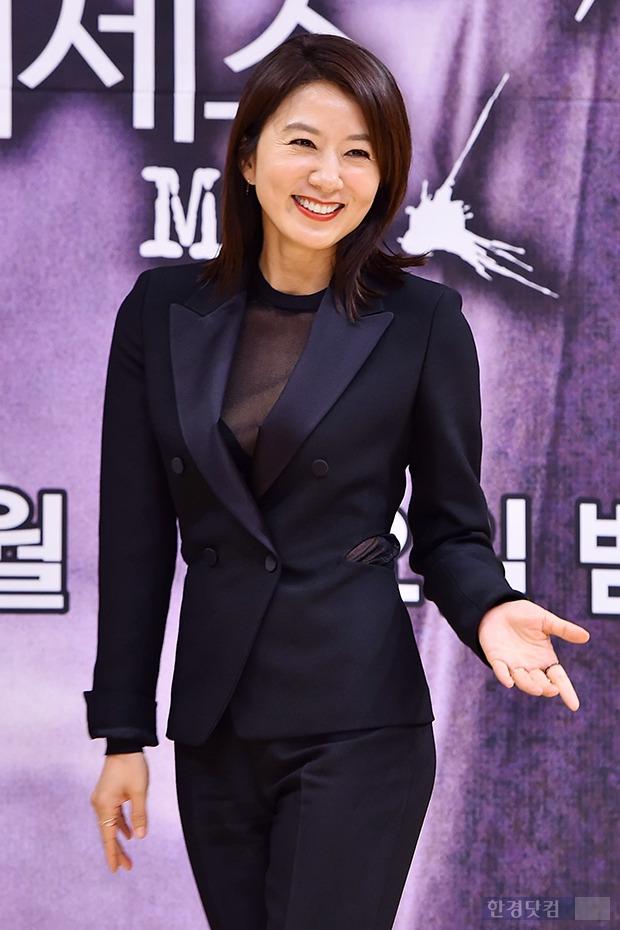 김희애, 과감한 시스루 패션에 '시선집중'