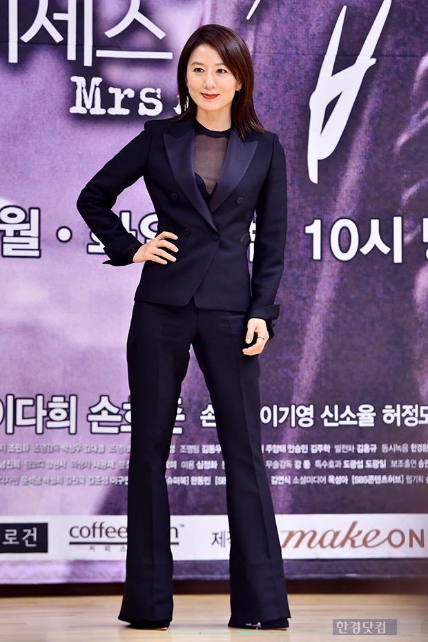 김희애, 블랙 수트에 돋보이는 섹시 카리스마