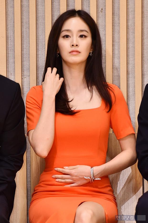 김태희, 몸매 가리기 바쁜 손