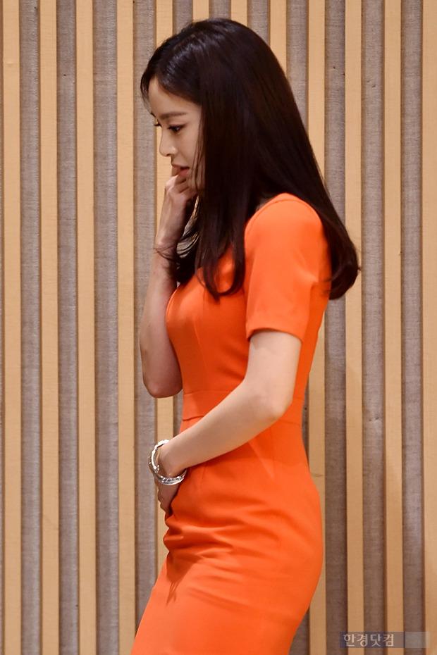 김태희, 밀착 원피스에 바쁘네 바뻐