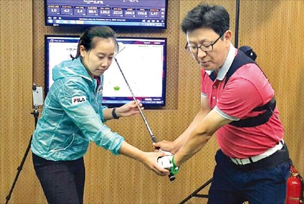 연세 골프·사이언스에서는 미국여자프로골프(LPGA) 출신인 최송이 프로가 신체분석 데이터를 바탕으로 골퍼의 특성에 맞는 맞춤형 골프 트레이닝 서비스를 해준다. 최 프로가 동작인식 센서를 착용한 이관우 기자의 스윙 문제점을 분석한 뒤 맞춤 트레이닝을 해주고 있다.
