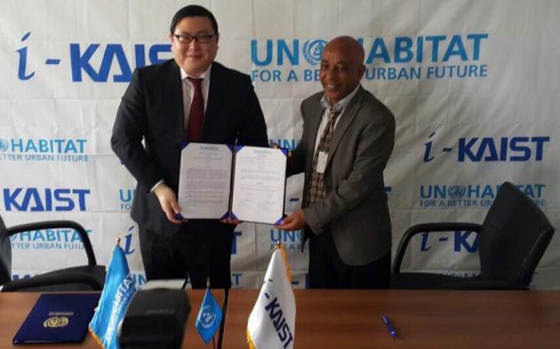 김성진 아이카이스트 대표와 UN헤비타트의 Mr. Gulelat Kebede 장관급 보드멤버가 스마트스쿨 보급 협약을 맺고 있다.