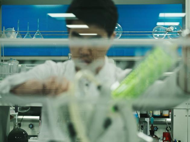 한 제약업체 연구권이 신약 개발을 위한 연구를 진행하고 있다.