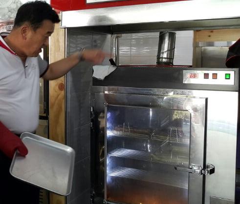 김철수 대표가 대형 오븐의 성능을 설명하고 있다.