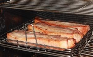 대형 오븐에서 구운 고기.