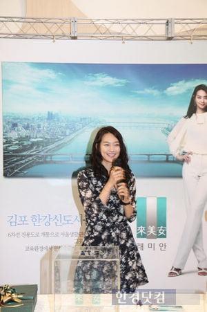 2012년 경기 김포시 모델하우스에 깜작 등장했던 신민아
