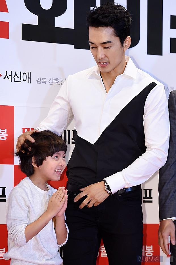 ▶ 송승헌, '아역 머리 쓰다듬는 부드러운 모습~'