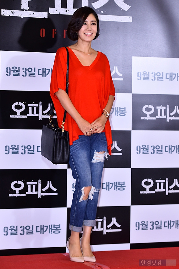 유호정, 빨간 셔츠+찢어진 청바지로 캐쥬얼하게