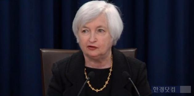 재닛 옐런 미국 연방준비제도 의장이 9월 FOMC를 마치고 금리를 동결한 이유에 대해 설명하고 있다. 블룸버그 중계 캡처