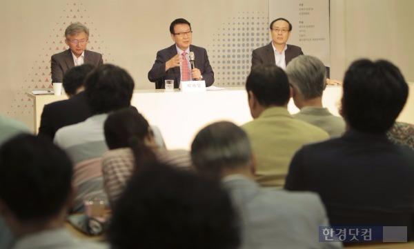 박세일 서울대 명예교수(앞줄 가운데)가 '애덤 스미스의 도덕철학 체계'에 대해 강연한 뒤 청중과 토론하고 있다. 네이버문화재단 제공