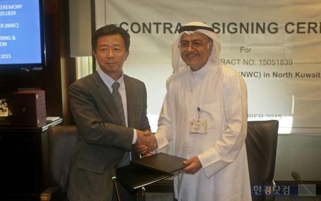 지난 15일 쿠웨이트시티에 위치한 쿠웨이트 석유회사(KOC, Kuwait Oil Company)에서 열린 NWC(New Water Center) 프로젝트 계약식에서 하셈 사예드 하셈(Mr. Hashem Sayed Hashem) KOC CEO(오른쪽) 및 임병용 GS 건설 CEO(왼쪽)가 계약서에 서명 후 악수하고 있다.
