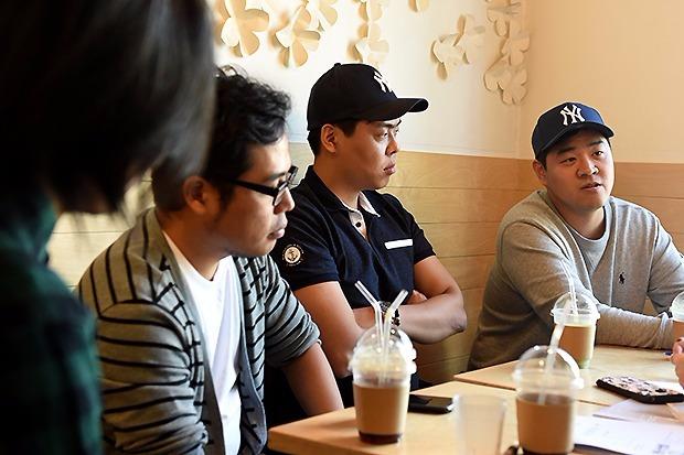 (왼쪽부터) 애풍, 탐이부, 김오늘, 악어인간 작가. 사진기 앞에서 긴장하는 표정이 역력했으나 화기애애 한 사이였다.