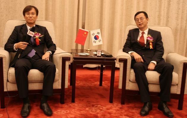 CCTV와 김상재 화련젬백스 대표(왼쪽), 중웨이보 화련그룹 부회장(오른쪽)이 인터뷰를 갖고 있다.