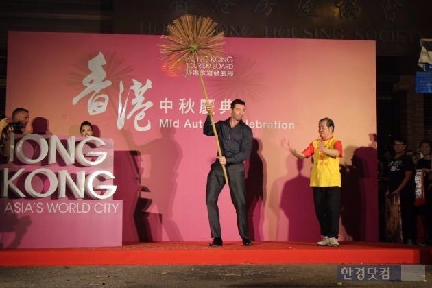 영화 배우 휴 잭맨이 지난 28일 오후 홍콩에서 열린 '타이 항 파이어 드래곤 페스티벌'에 참석, 행사에 쓰일 여의주를 손에 쥐며 흔들고 있다.  max@hankyung.com