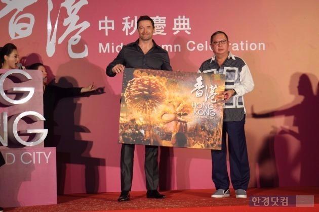 휴 잭맨이 지난 28일 오후 홍콩 '타이 항 파이어 드래곤 페스티벌'에 참석, 피터 람 홍콩관광진흥청장으로부터 선물을 받고 기념촬영하고 있다. max@hankyung.com