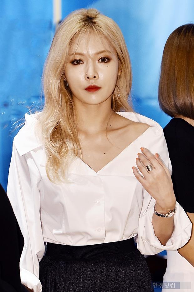 포미닛 현아, '레드립에 돋보이는 쇄골 라인'