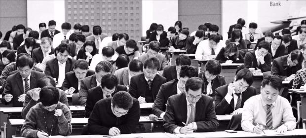 한 시중은행 임직원들이 단체로 테샛 시험을 치르고 있다. 응시자들이 한 문제라도 더 맞히기 위해 시험에 집중하고 있다. 한경 DB
