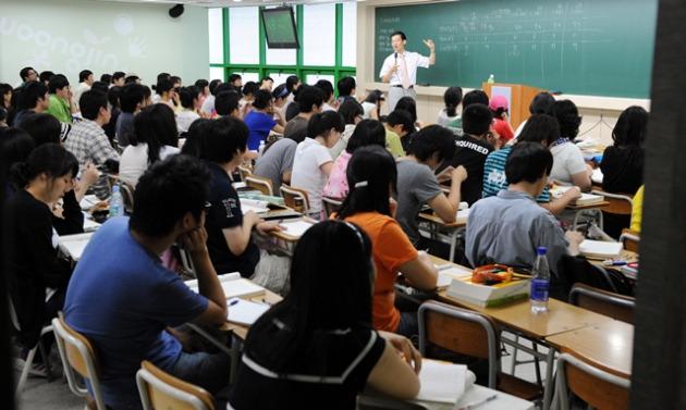 구직자들이 취업을 위해 학원에서 강의를 듣고 있다.