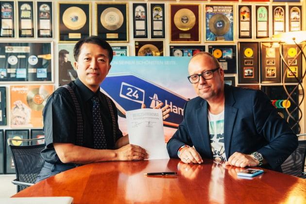음원 독점계약에 서명한 허버트 리 뮤직아일랜드 대표(사진 왼쪽)와 콘토 뉴 미디어의 마이클 폴 대표.