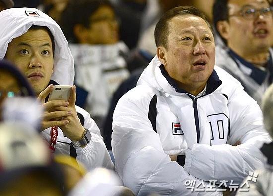 박서원 오리콤 부사장과 박용만 두산그룹 회장. 사진=엑스포츠