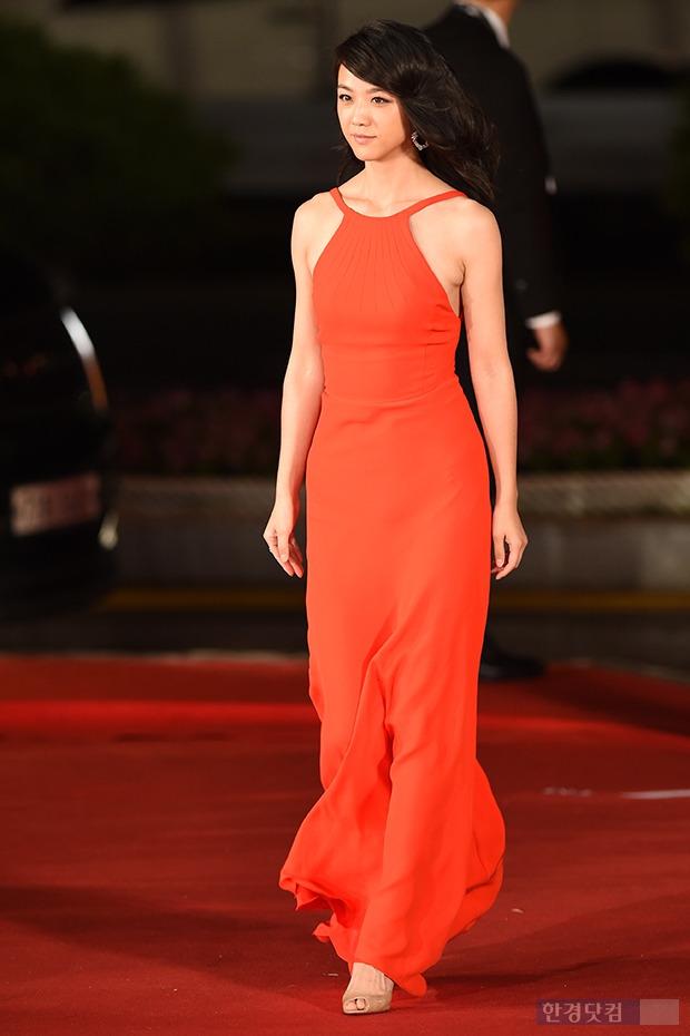 ▶ 탕웨이, '레드카펫보다 더 새빨간 드레스 입고~'