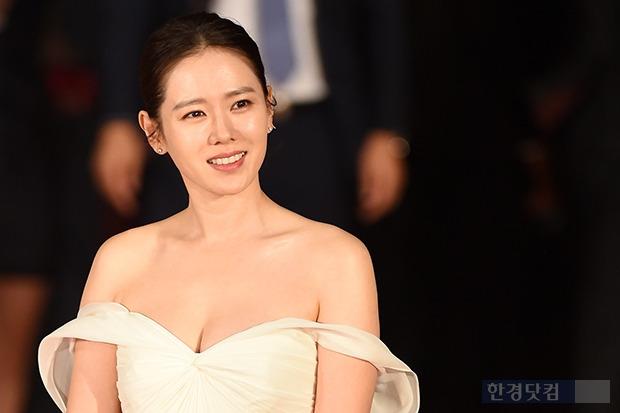 ▶ 손예진, '어깨라인 드러내고 우아하게~'