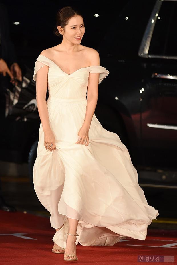 ▶ 손예진, '순백의 드레스 입고 우아한 자태 뽐내며~'
