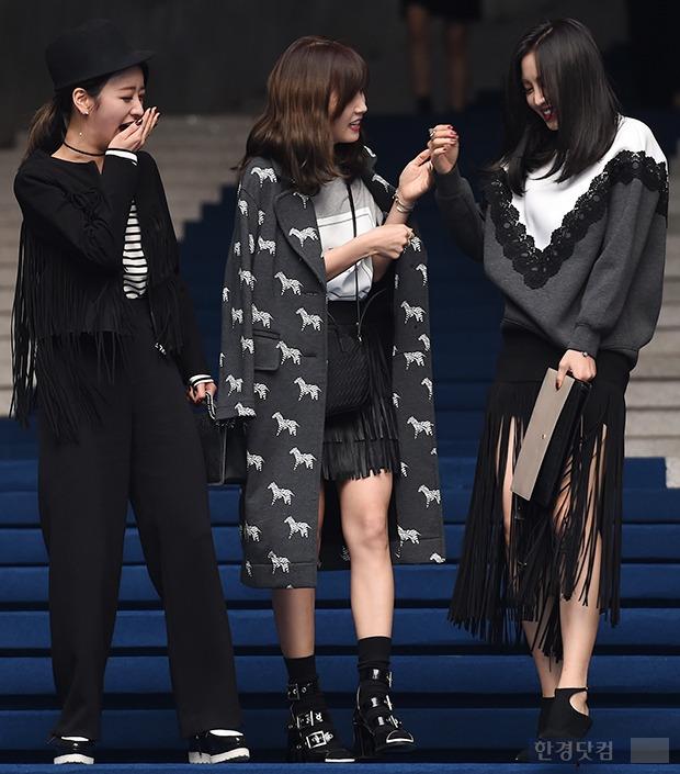 ▶ 윤보미-박초롱-손나은, '아프고 걱정되는데 끊이지 않는 웃음'
