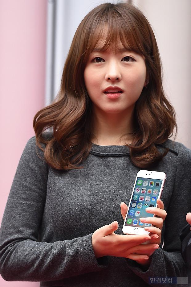 ▶ 박보영, '아이폰6S' 든 작은 손