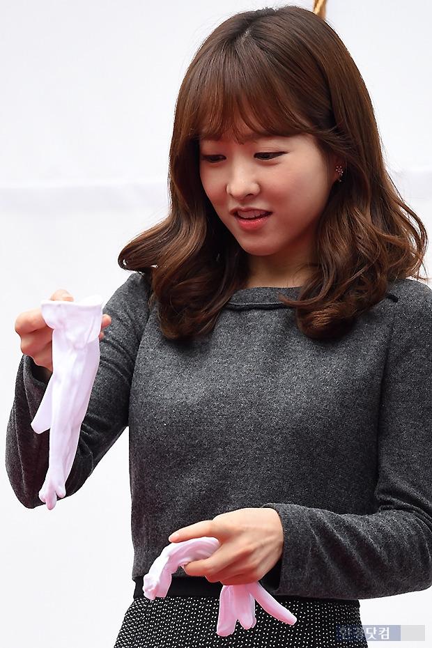 ▶ 박보영, '이렇게 큰 장갑이 나에게 맞을까?'