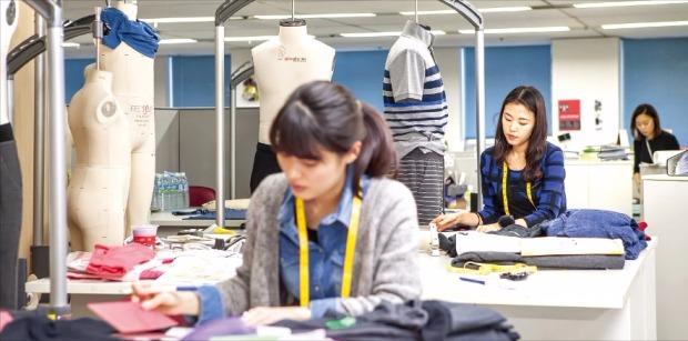 한세실업 디자인개발부서(PD&D) 직원들이 디자인 작업을 하고 있다. 한세실업 제공