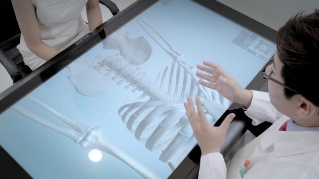 아이카이스트 터치테이블을 이용해 환자에게 병을 설명 중인 의사