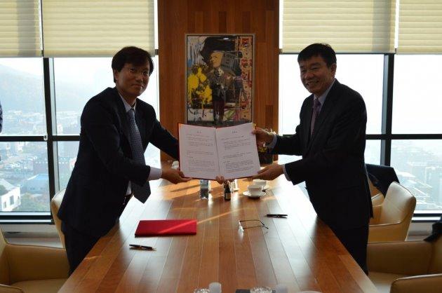 김상재 젬백스 대표(왼쪽)와 유조년 구주통 부회장(오른쪽)이 젬백스 판교 사옥에서 중국 진출 전략에 대한 계약을 체결하고 기념사진을 촬영하고 있다.