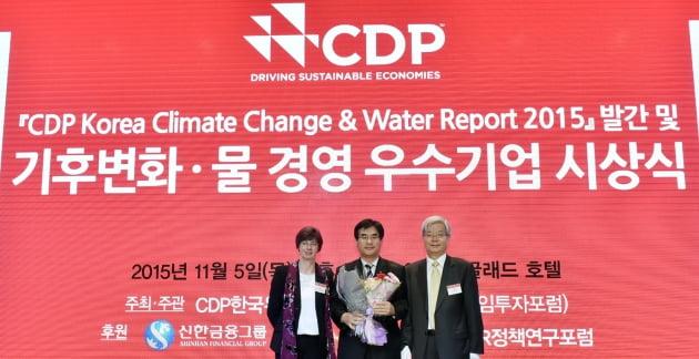 올해 CDP 시상식에서 현대건설 곽모원 상무(사진 가운데) 및 관계자들이 기념촬영을 하고 있다.