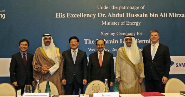 지난 2일 바레인 현지 포시즌 호텔에서 열린 바레인 해상 LNG 수입 터미널 프로젝트 EPC 계약식에서 시카 모하메드 알 칼리파 바레인 국영가스청 CEO(왼쪽 두번째)와, 허선행 GS건설 플랜트부문 대표(왼쪽 세번째) 등이 기념 촬영을 하고 있다. 사진=GS건설 제공